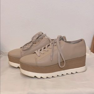 STEVE MADDEN NUDE AND WHITE PLATFORM SNEAKERS